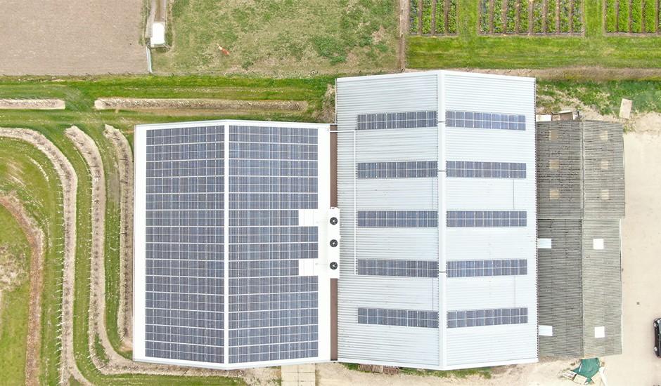 SolarComfort zonnepanelen op staaldak loods in Els