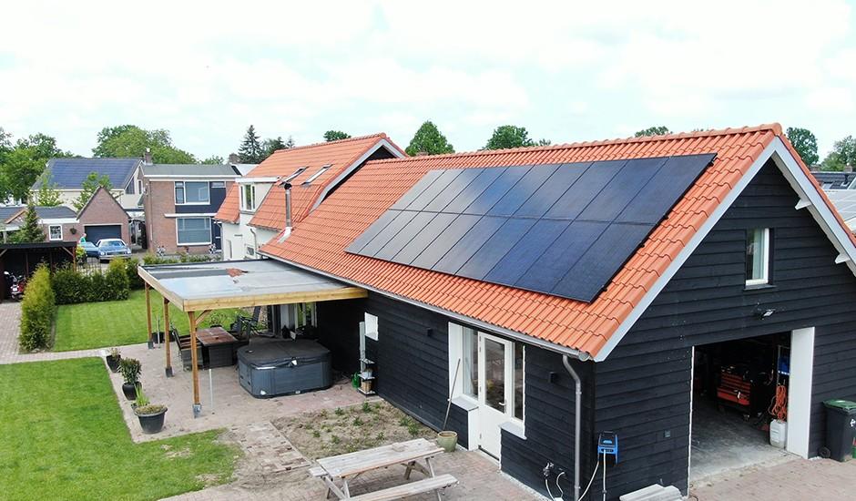 Full-black zonnepanelen op uitbouw bij particulier