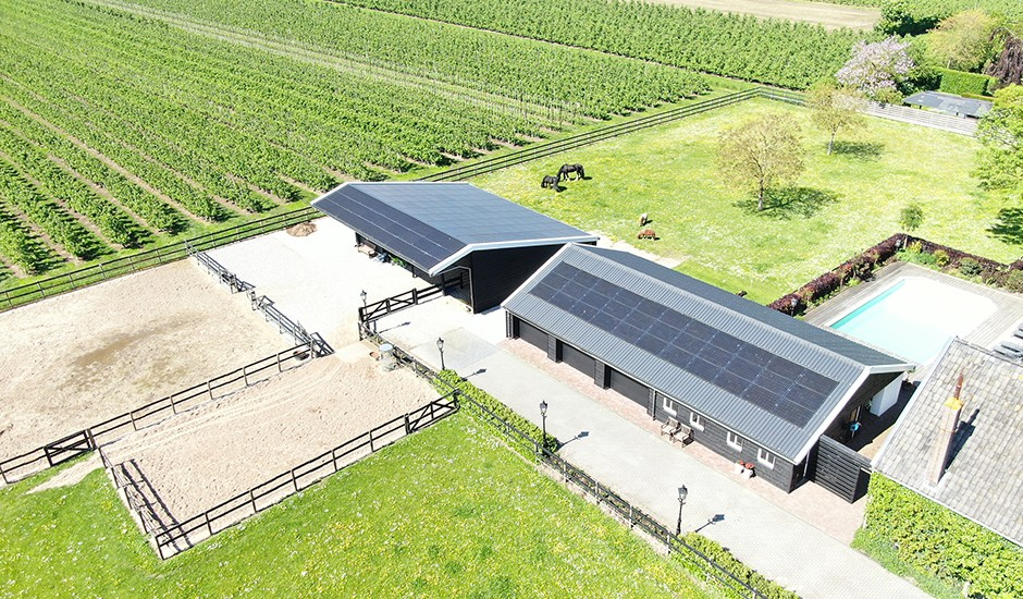 Indak geïntegreerde zonnepanelen op garage en stal